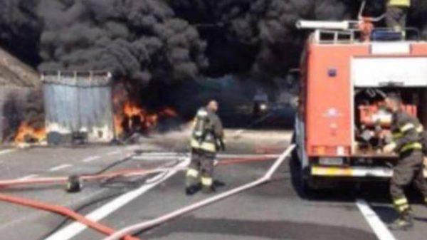 Inferno sull'autostrada A1: scontro tra tre camion, un autista muore bruciato