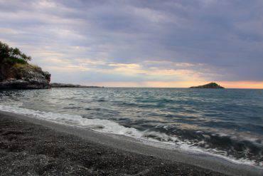 spiaggia-nera-calabria-cala-jannita-grotta-sciabella