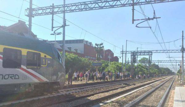 Legnano: fumo invade i vagoni, passeggeri costretti a scendere dal treno