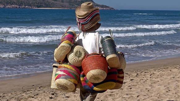 Vietato comprare dagli ambulanti sulla spiaggia: nuove norme, multe e provvedimenti