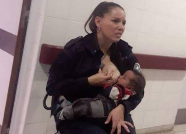 La poliziotta allatta il bimbo malnutrito di una donna appena arrestata