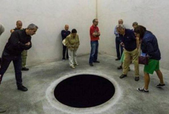 Portogallo, crede sia un'illusione ottica: turista italiano cade dentro un'opera d'arte