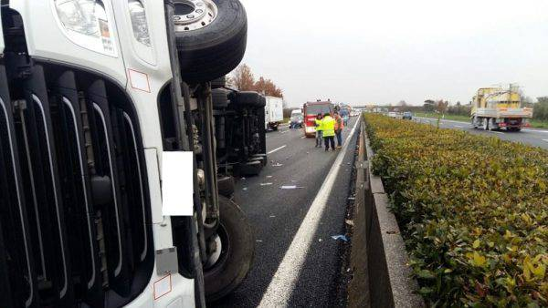 Tragico schianto auto-camion sulla A1, mezzo pesante prende fuoco: due morti