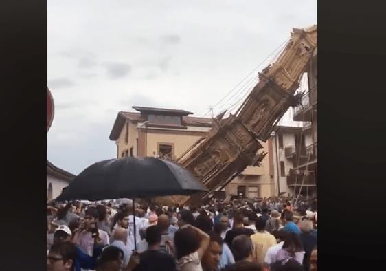 Paura a Fontanarosa: obelisco di 25 metri cade durante la processione - Video