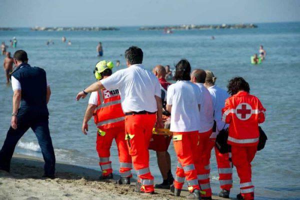 Jesolo, tragedia in spiaggia: turista muore mentre fa il bagno