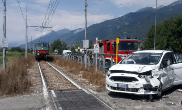 Valtellina: auto travolta da un treno, turista finisce in ospedale