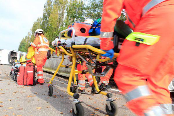 Roma, terribile incidente sulla via del mare: muore un 49enne, grave una donna