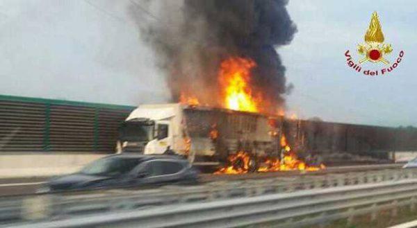 Terrificante scontro furgone-tir sulla A4: scoppia una bombola di gas, due morti