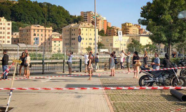 Selfie davanti al Ponte Morandi: il turismo dell'orrore non conosce limiti