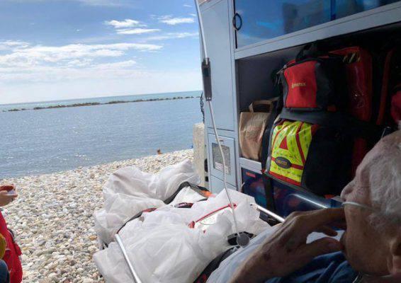 Anziano chiede di poter vedere il mare ambulanza