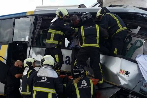 Autobus si schianta contro il pilone del viadotto: è una strage
