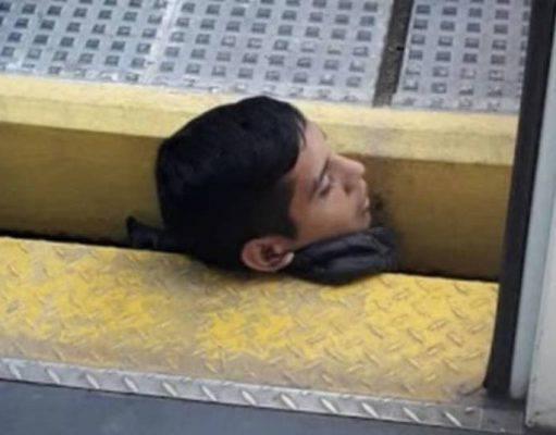 Ragazzo incastrato con la testa banchina del treno