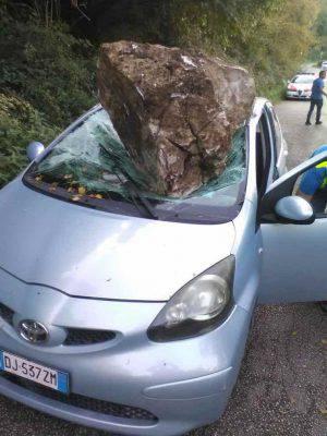 masso cade su auto a morolo frosinone