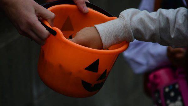 Gli hanno donato un dolce pieno di droga nel tradizionale giro di Halloween