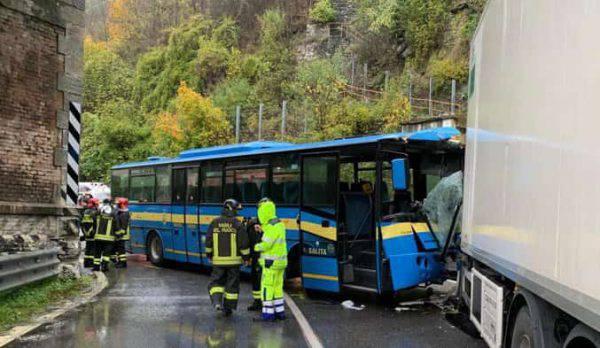 Schianto tra autobus e camion