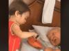 Bimbo si prende cura della nonna malata