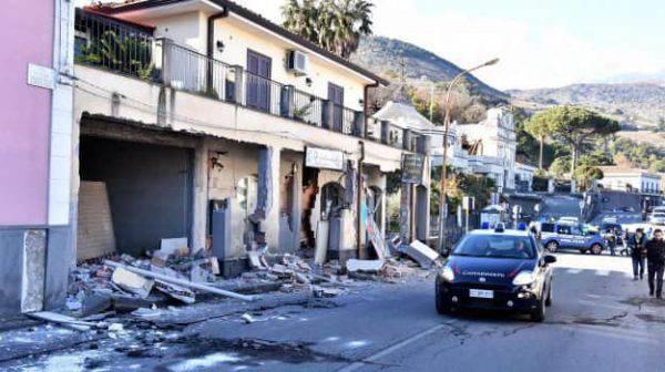 Frattura in strada, evacuate le case