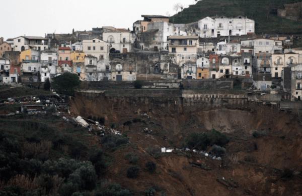 La frana che nei giorni scorsi ha colpito Pomarico, paesino in provincia di Matera, oggi pomeriggio ha causato il crollo di alcune abitazioni.