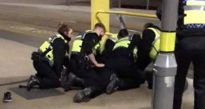 Manchester uomo accoltella passanti e poliziotto