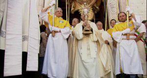 Processione Religiosa a Little Italy attira l'attenzione della gente