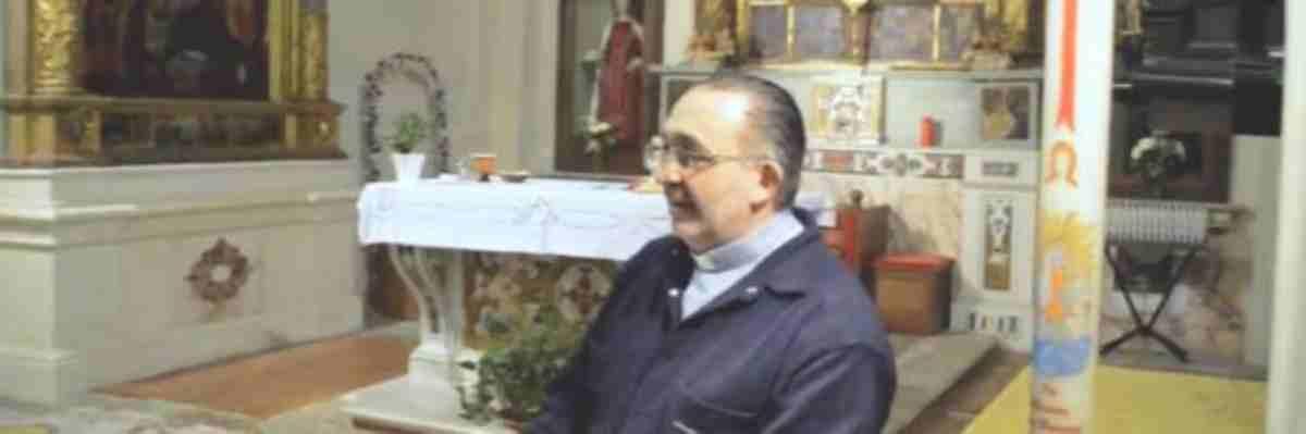 sacerdote fa cantare 'Soldi' di Mahmood