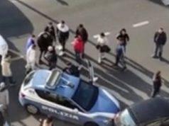 polizia accerchiata roma pistola