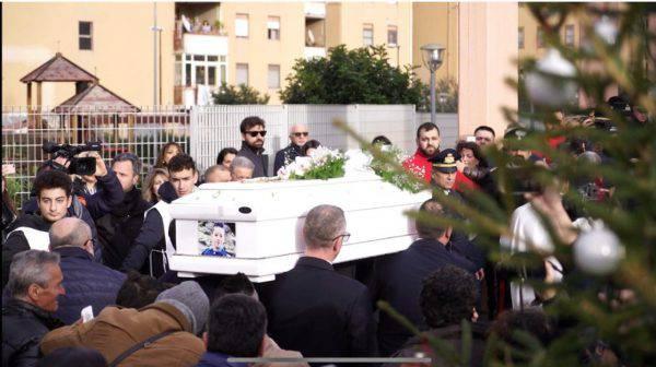 Cardito, funerali del piccolo Giuseppe: rabbia e disperazione, ecco cosa è successo