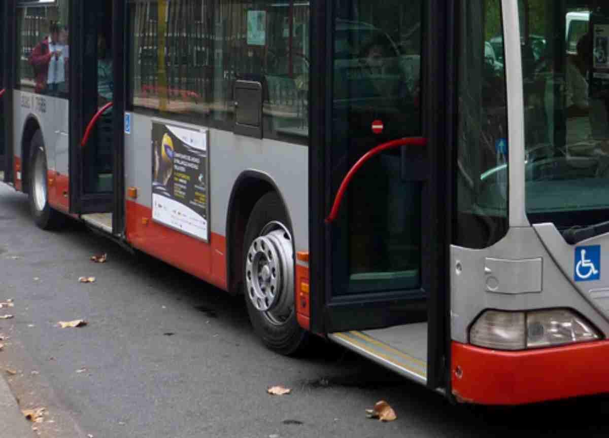 tre passeggeri finiscono in strada