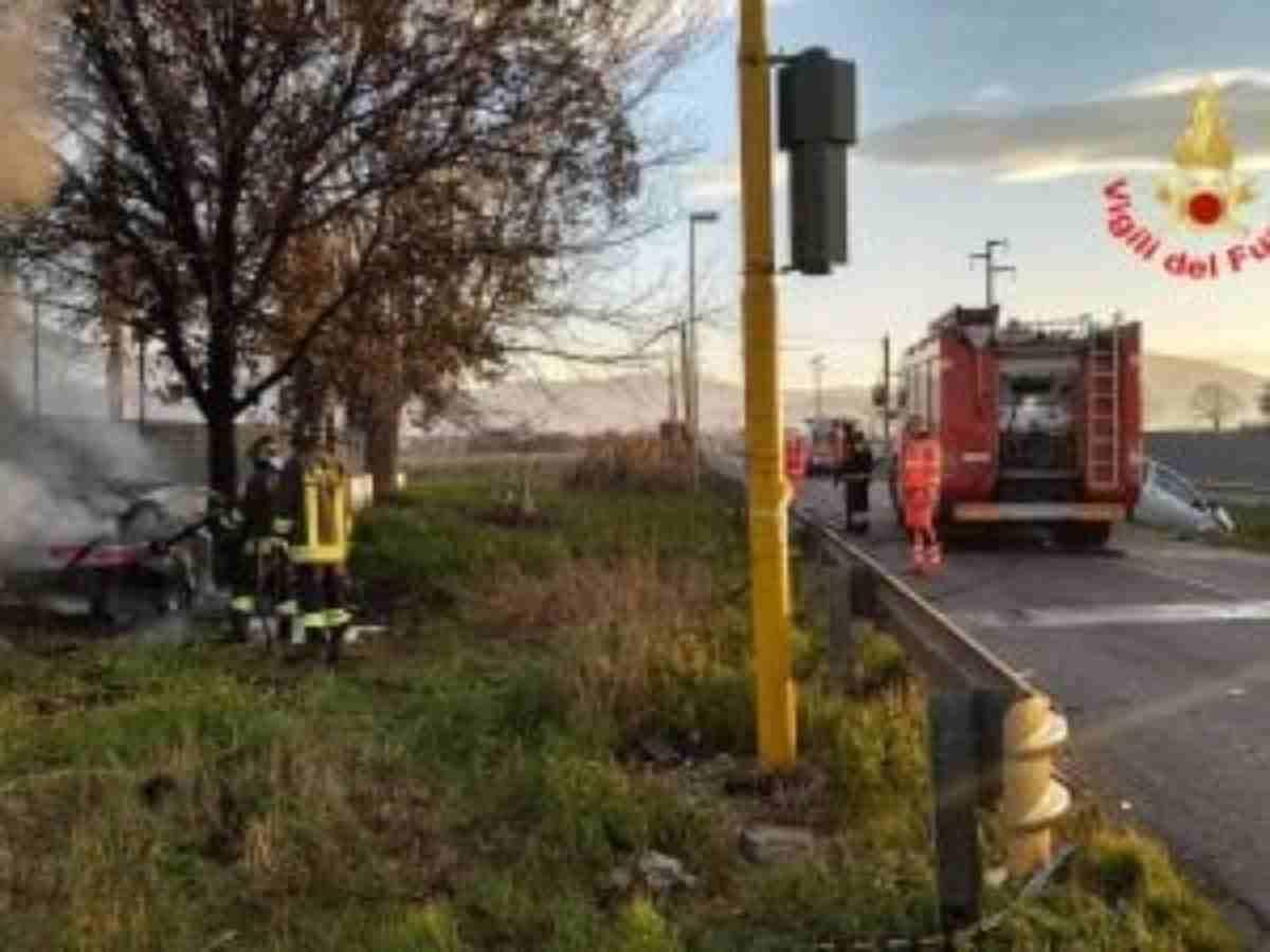 auto prende fuoco, un morto e due feriti