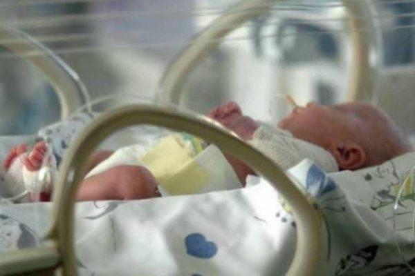 Donna indiana di 73 anni partorisce due gemelle, Cnn