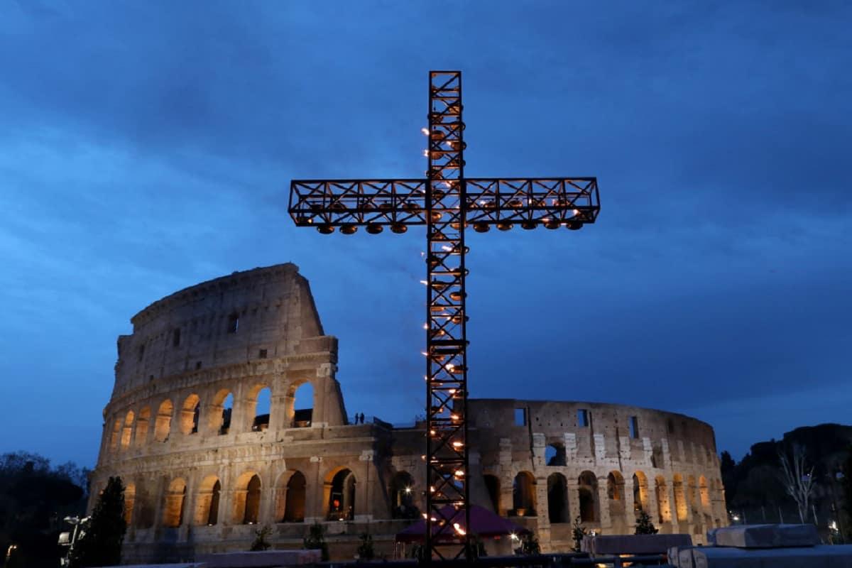 Via Crucis con Papa Francesco al Colosseo, ecco le meditazioni