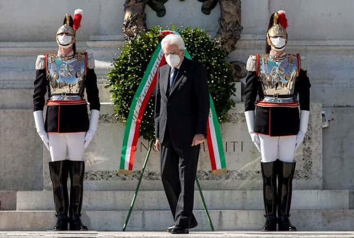 Presidente della Repubblica Sergio Mattarella rende omaggio al Milite Ignoto in occasione della Festa della Repubblica del 2020 @GettyImages