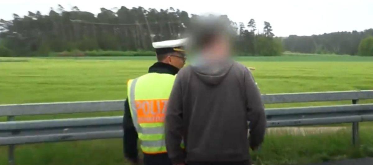 Poliziotto dà una lezione agli automobilisti