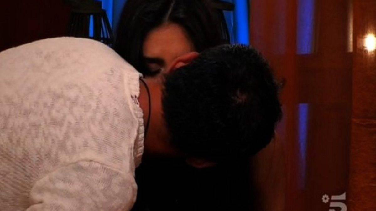 Grande Fratello, bacio appassionato tra Kikò e Ambra