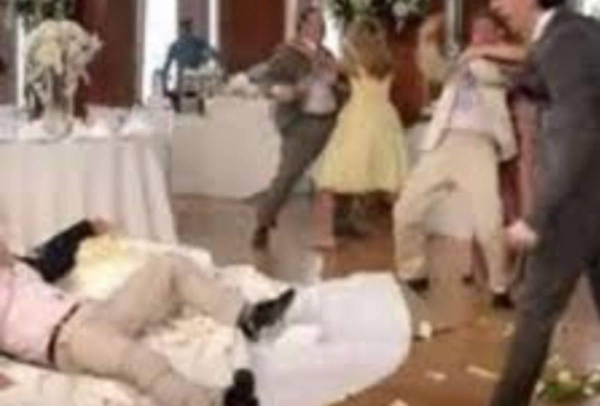 Rissa al matrimonio, battuta osé sulla sposa scatena il finimondo