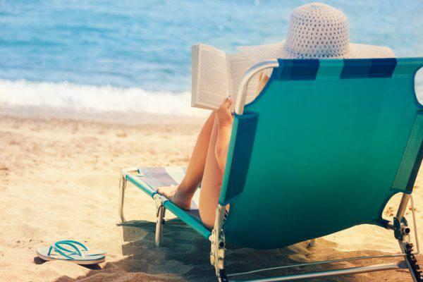 lettino-donna-mare-spiaggia-ergonomico-per-leggere.