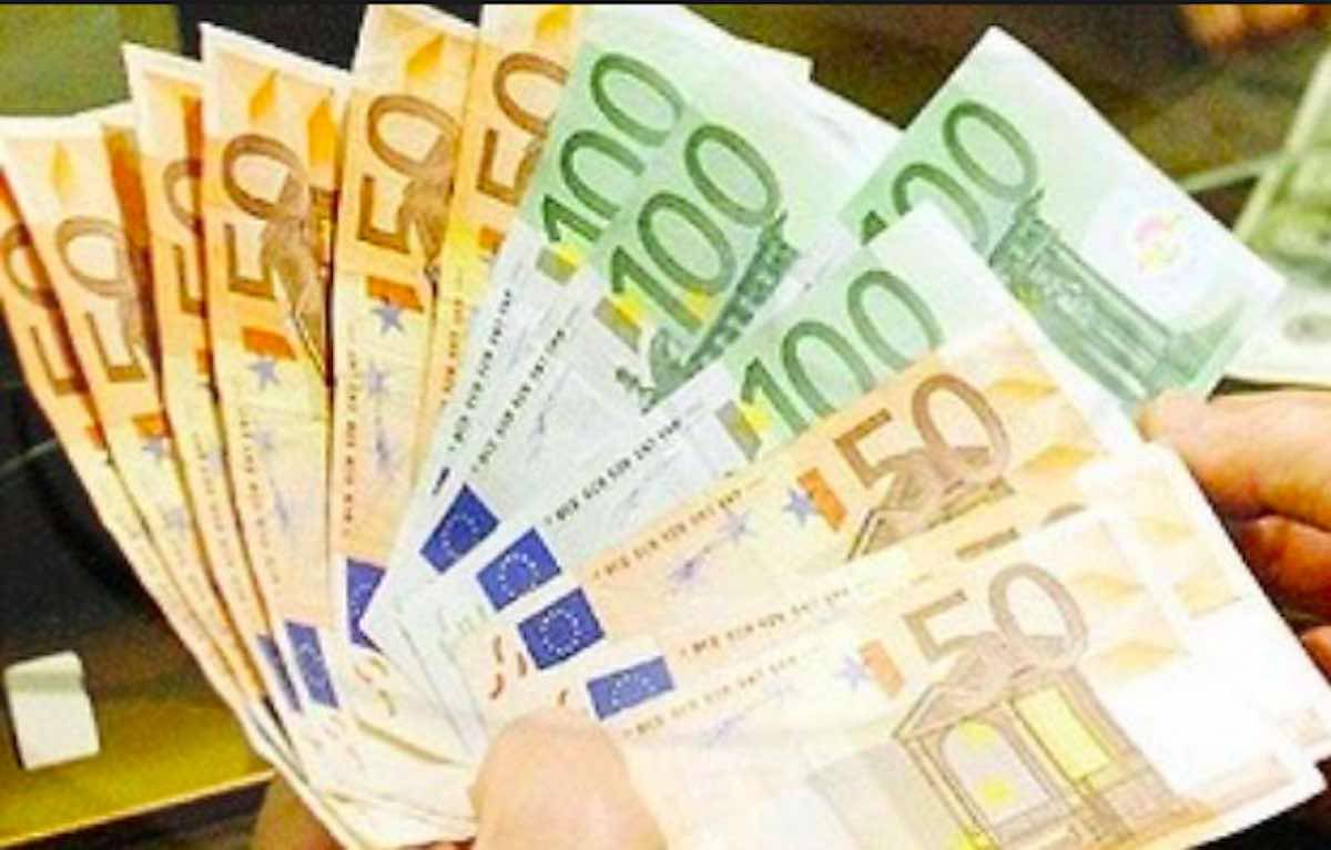 Stipendio da 200mila euro per errore, scappa e non ridà denaro