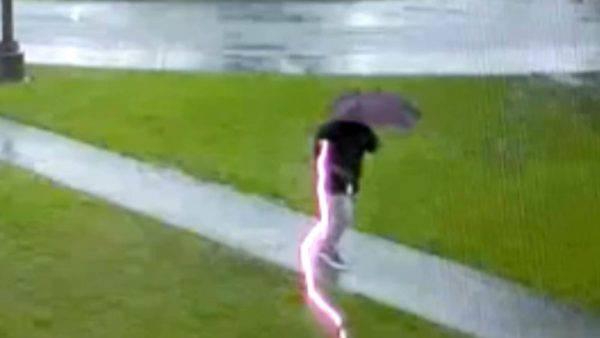 Usa: fulmine sfiora un uomo. 'Salvato per pochi centimetri'. Il video