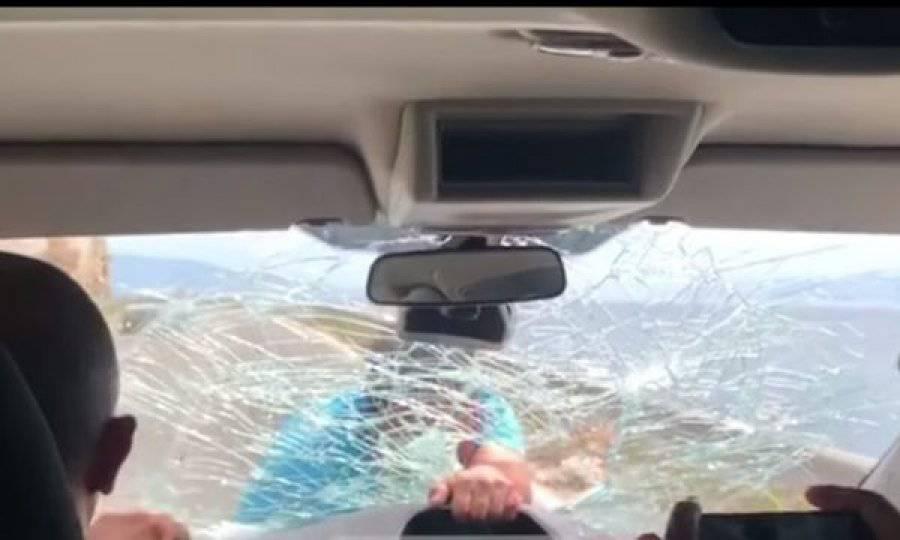 """Ristoratore insegue i clienti """"critici"""" e rompe a mano il parabrezza – VIDEO"""