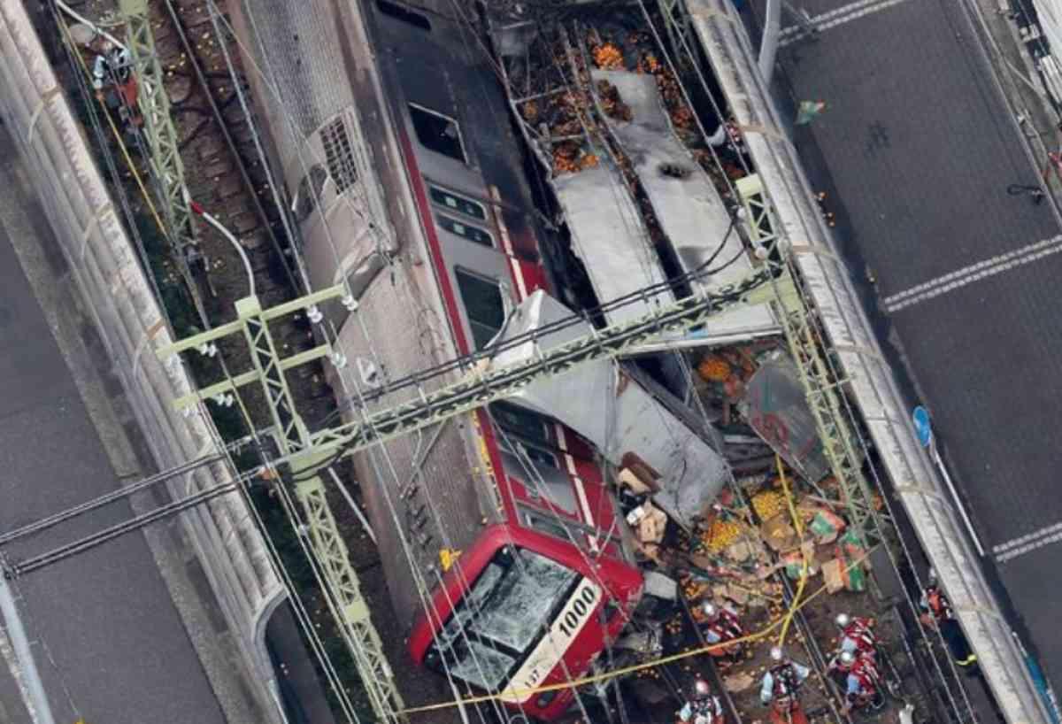 Giappone, camion urta e fa deragliare un treno