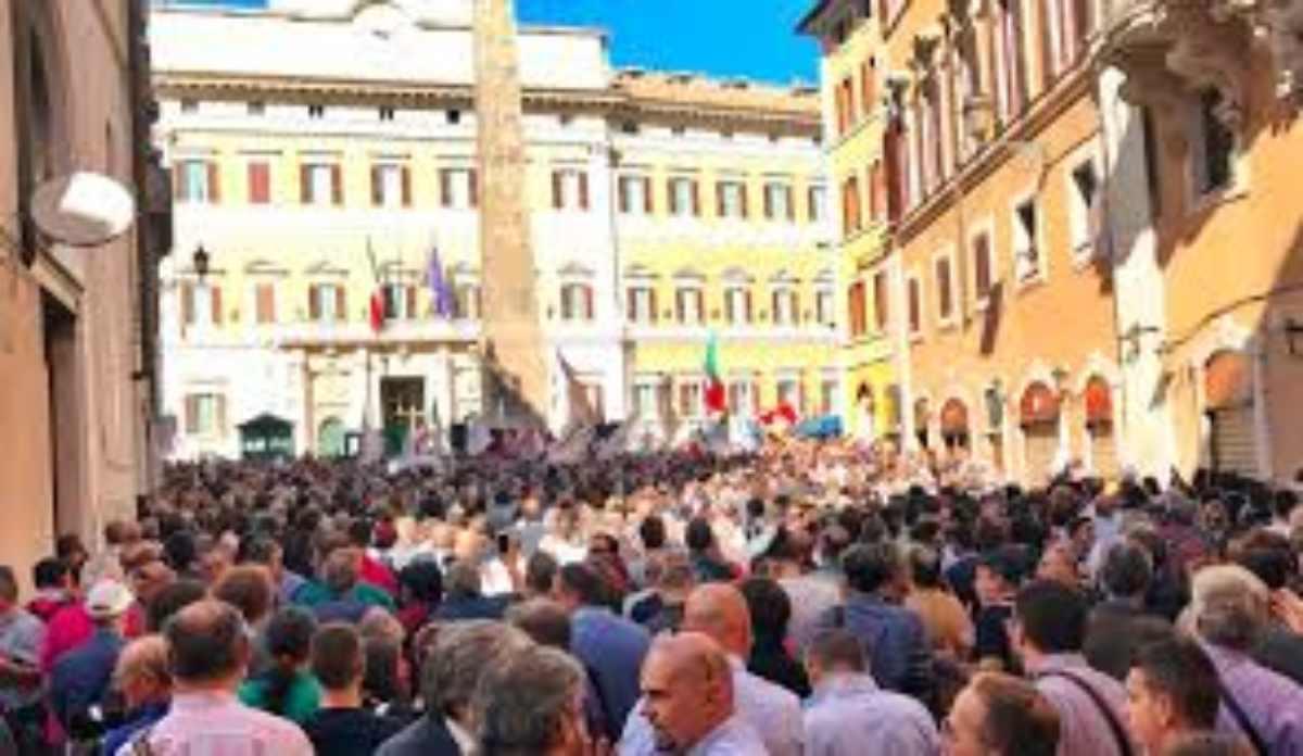 Montecitorio, piazza barricata e oltre 10.000 persone lasciate fuori! Foto e video