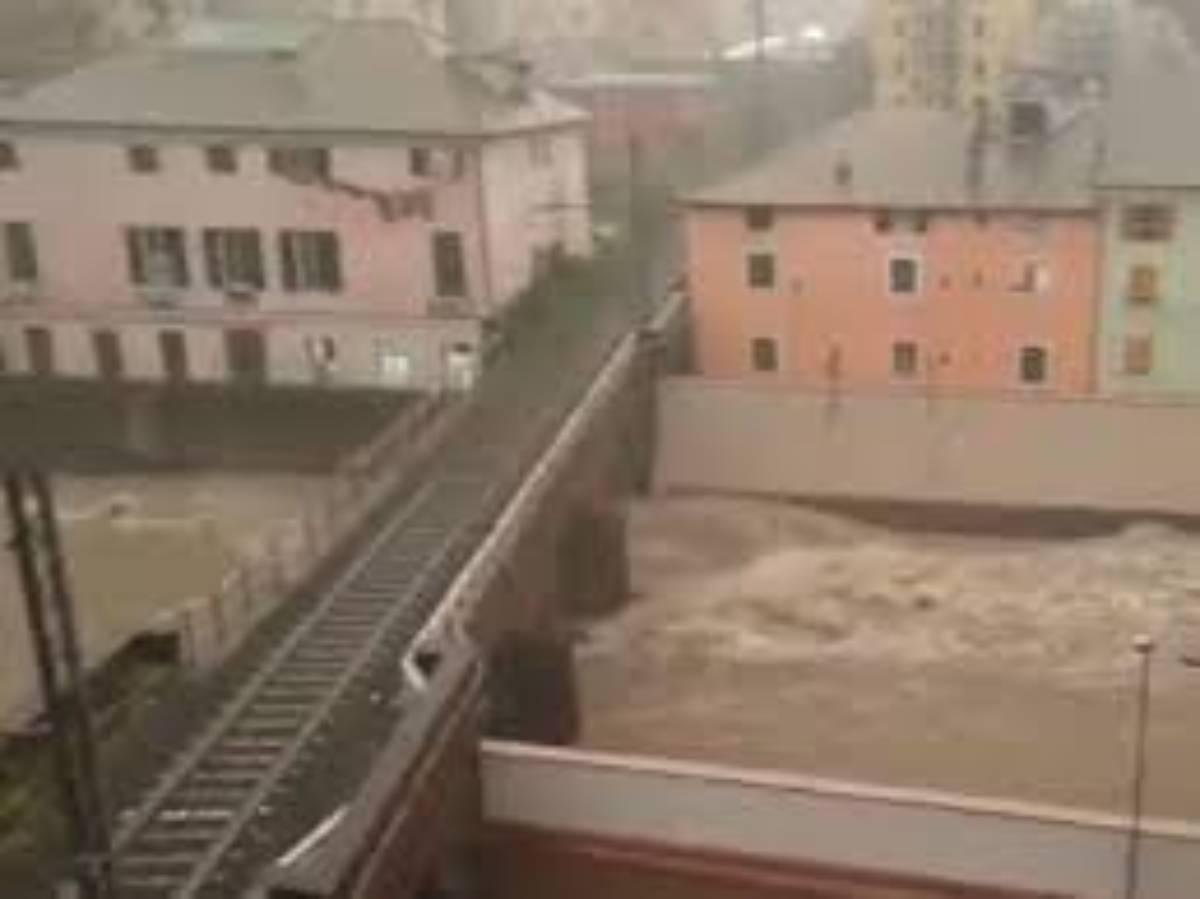 Liguria, allerta meteo: chiuse le scuole a Genova, esondato il rio Stura
