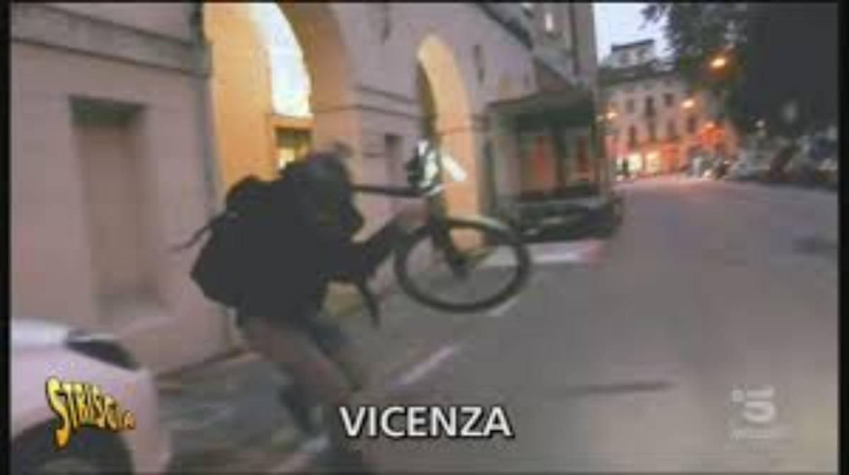 Brumotti aggredito dai pusher: gli hanno lanciato pietre e biciclette
