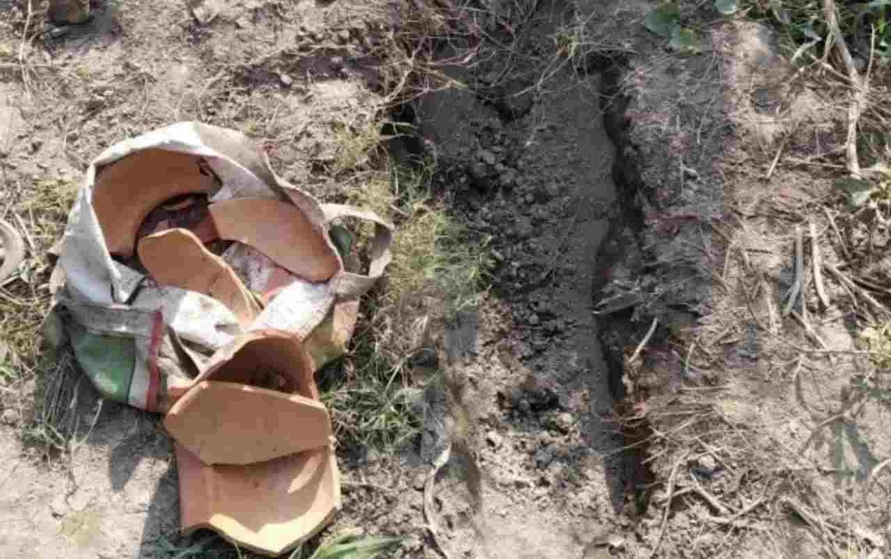 Neonata trovata viva, era stata abbandonata in un fosso perché femmina – FOTO