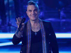 """""""Can't Stop Christmas"""": ecco la lezione di Robbie Williams per passare buone feste tra videochiamate su Zoom, calzini e disinfettanti per le mani"""