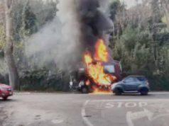 Camion in fiamme | mezzo Ama a fuoco | pericolo per i passanti
