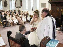 Sposa il compagno morente: lacrime davanti ai 7 figli