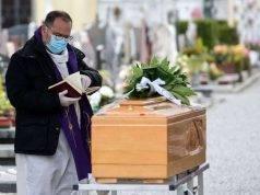Coronavirus, rallenta il contagio: primo funerale in streami