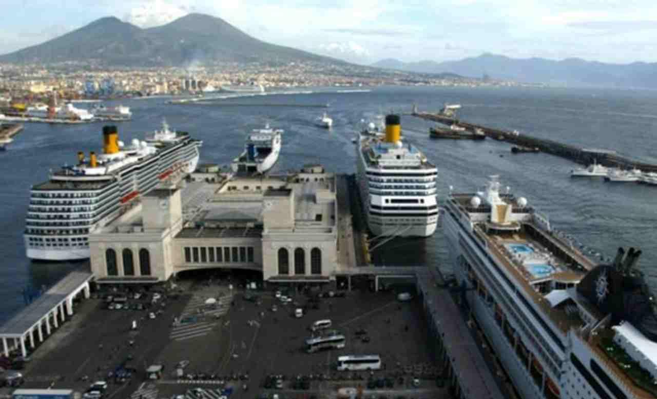 Coronavirus Italia nave Napoli