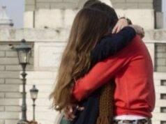 Pavia, ragazzo abbraccia la fidanzata: dovrà pagare 400 euro